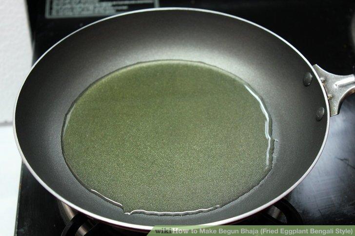 In der Pfanne wenig Öl erhitzen.