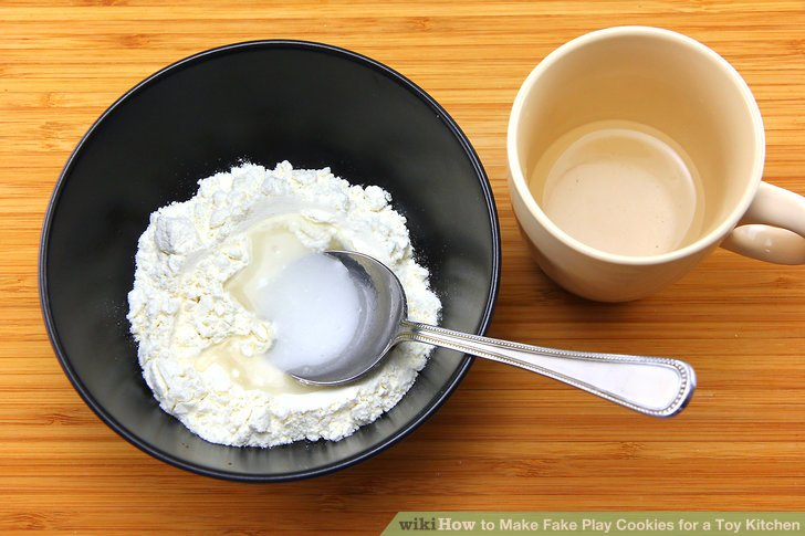 Add 2 spoonfuls of water to the bowl and mix.