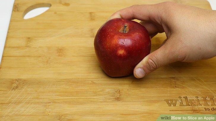 Stellen Sie den Apfel aufrecht auf ein Schneidebrett.