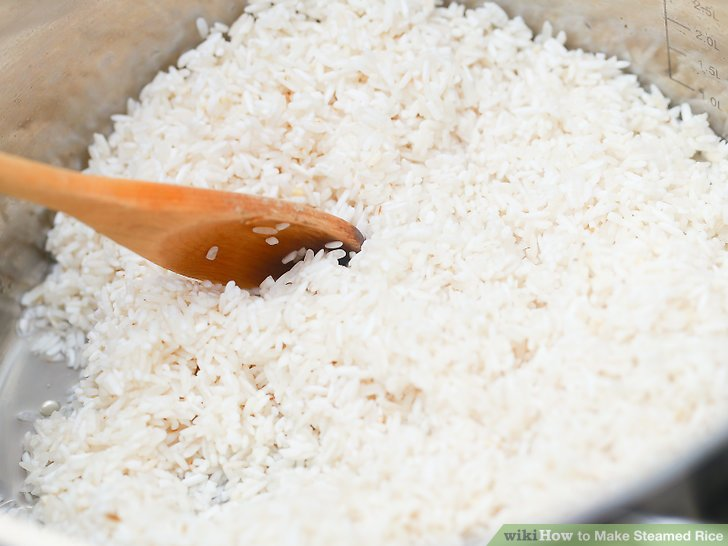 Rühre den Reis weiter, während er erhitzt wird.