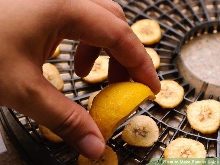 Frischen Zitronensaft über die Scheiben streuen.