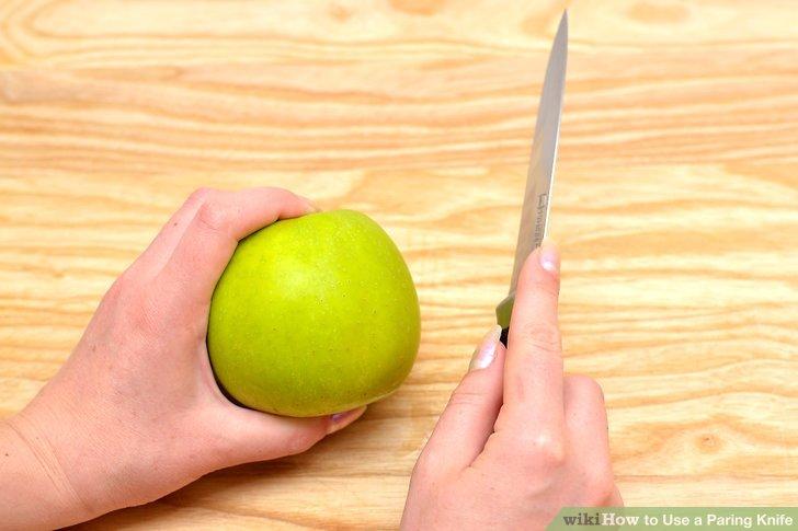 Legen Sie den ersten Finger des Zeigefingers gegen die stumpfe Seite der Schneidemesser-Klinge.