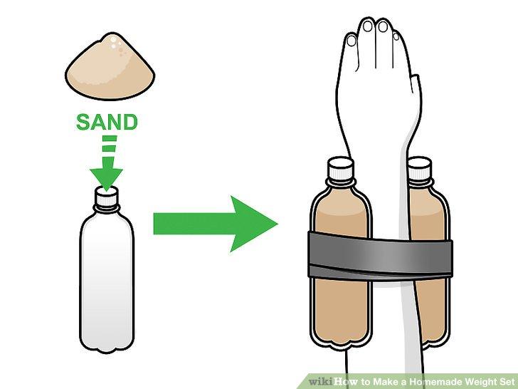 Mit Wasserflaschen Armgewichte herstellen.