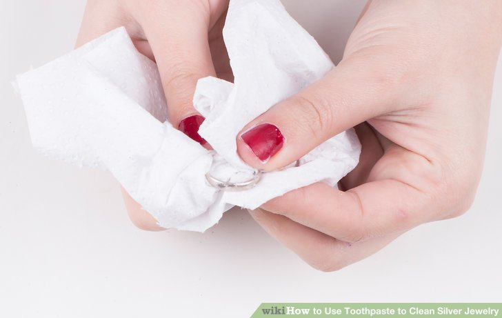 Wischen Sie den Rückstand mit einem sauberen Papiertuch, einem Papiertuch oder einer Spitze ab.