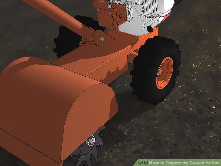 Verwenden Sie einen Rototiller, um die oberen 10 cm des Bodens zu bearbeiten.