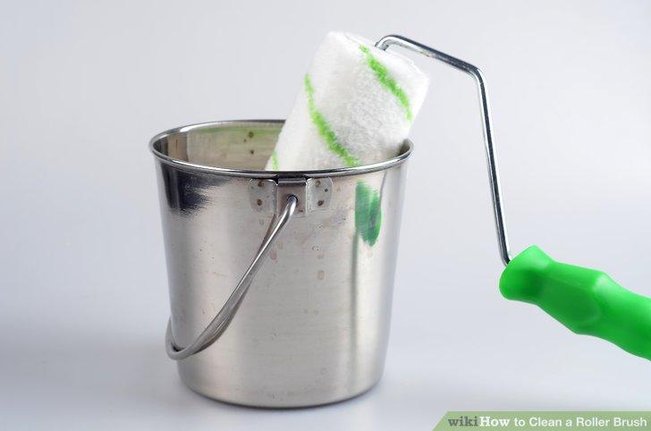 Tauchen Sie die Walze mit der Reinigungslösung in den Eimer und bewegen Sie sie mindestens 20 Sekunden lang herum.