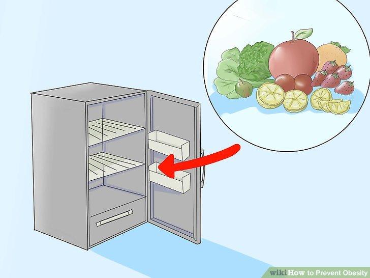 Füllen Sie den Kühlschrank mit Getränken, Früchten und Gemüse.