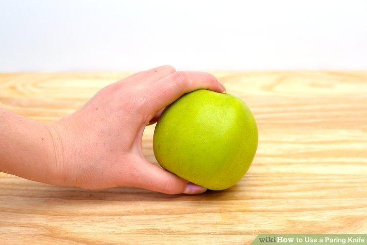 Halten Sie das Lebensmittel senkrecht mit dem Zeigefinger an der oberen Kante und dem Daumen an der Unterseite.