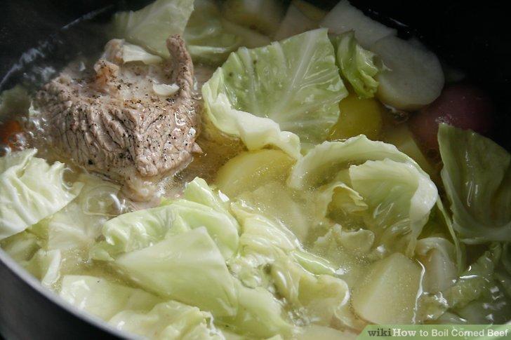 Fügen Sie nach 3 1/2 Stunden Kochen des Rindfleisches die Karotten und Rüben hinzu.