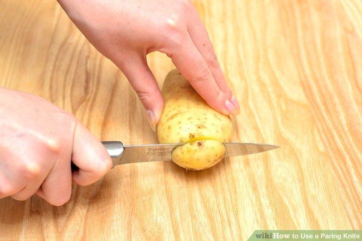 Setzen Sie das Gemüsemesser in der Nähe eines Endes an die Frucht und drücken Sie es gerade nach unten, während Sie die Klinge über das Fruchtfleisch schieben, um das Ende der Frucht oder des Gemüses abzuschneiden.