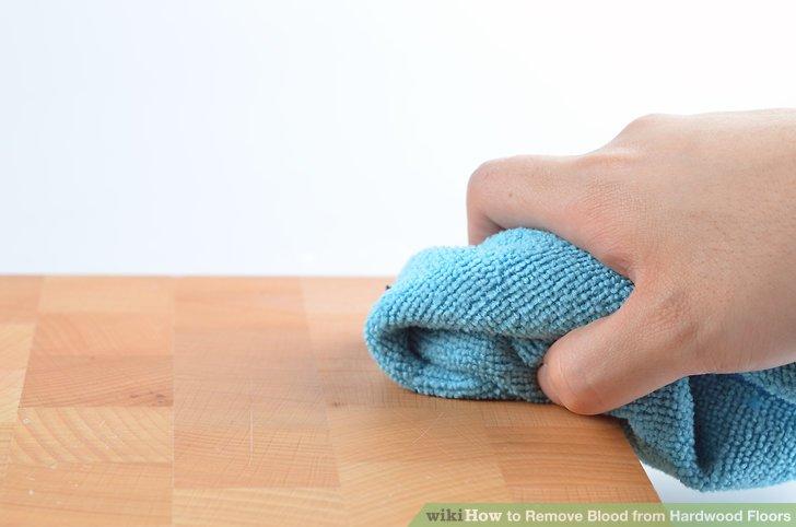 Wischen Sie den betroffenen Bereich mit dem Tuch ab und entfernen Sie das restliche Blut.