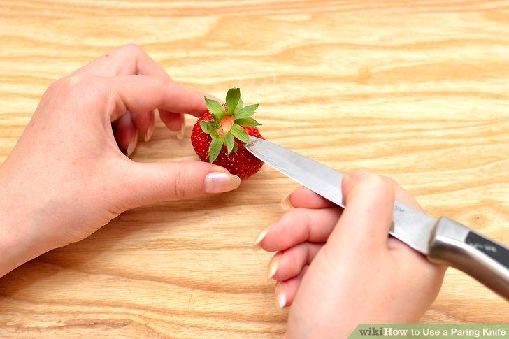 Schieben Sie die Spitze der Klinge in die Oberseite von Früchten wie Erdbeeren und drehen Sie sie, um den Rumpf zu entfernen.