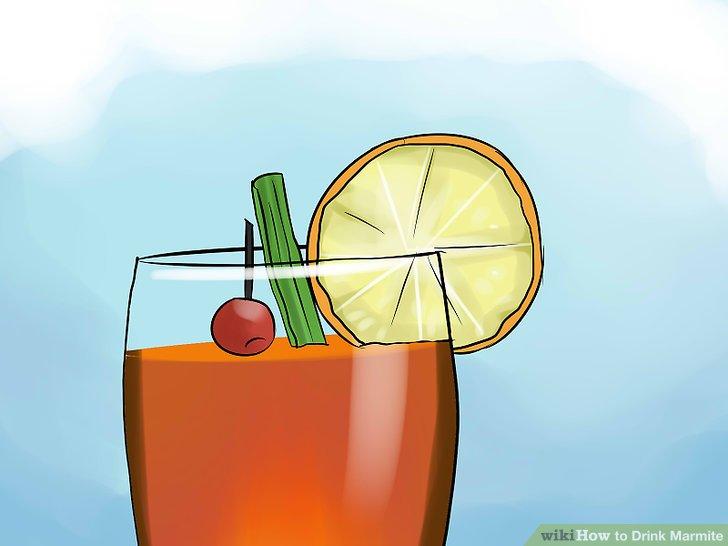 Cocktail mit Sellerie-Stick und Zitronenschnitz garnieren.