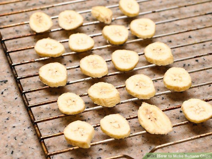 Ordnen Sie die Bananenscheiben auf einem Rost.