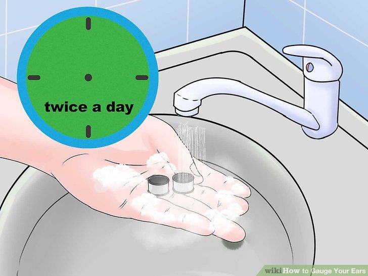 Reinigen Sie Ihre Ohren zweimal täglich mit antibakterieller Seife.