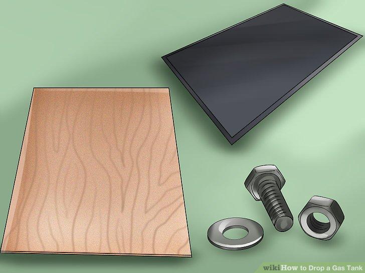 Legen Sie eine Arbeitsmatte, eine Sperrholzplatte oder sogar ein Stück Teppich unter das Auto, damit Sie es bequem ablegen und keine Schrauben, Muttern oder Unterlegscheiben verlieren können, wenn Sie möchten.