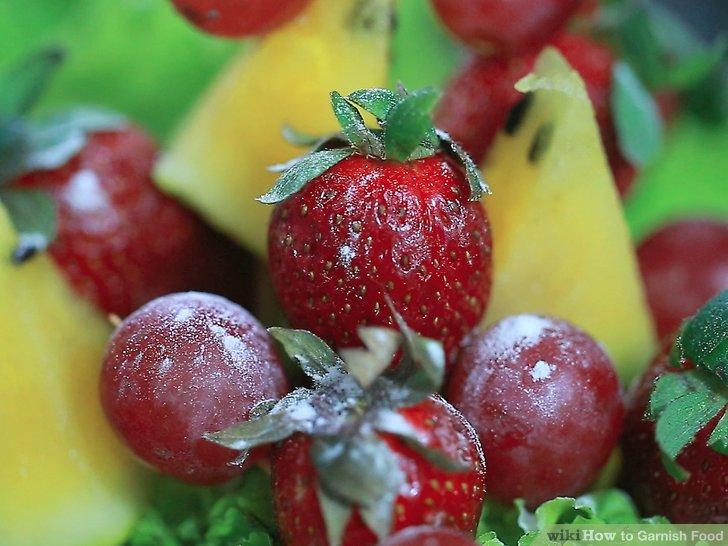 Erstellen Sie gezuckerte Obstverzierungen.