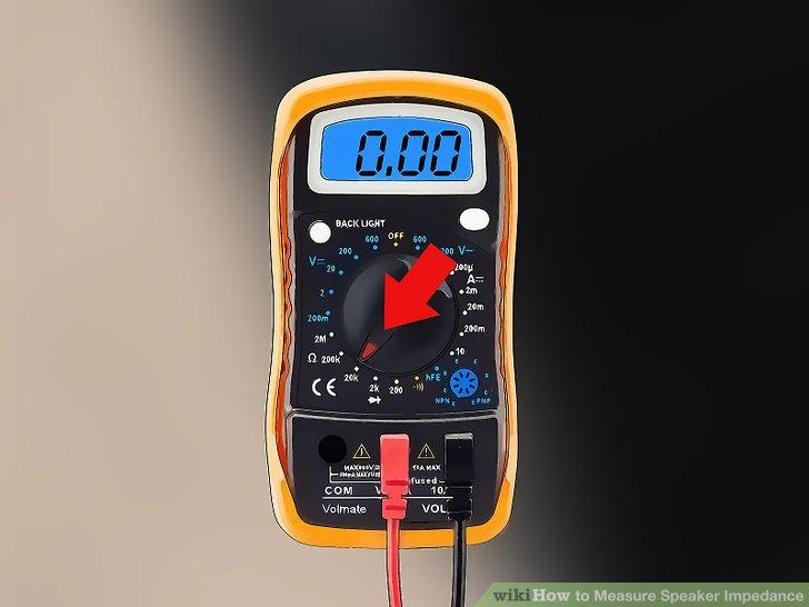 Stellen Sie ein Multimeter ein, um den Widerstand zu messen.