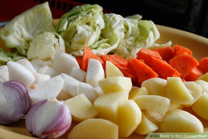 Während Sie das Rindfleisch kochen, schälen und schneiden Sie das Gemüse in große Stücke, die Sie dem kochenden Wasser hinzufügen, nachdem das Rindfleisch gekocht hat.