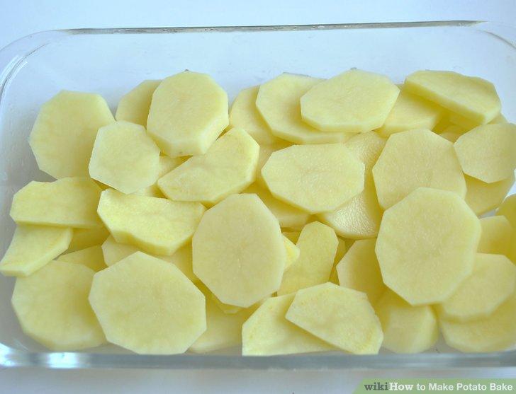 Kartoffeln waschen, schälen, in Scheiben schneiden und in die Schüssel geben.