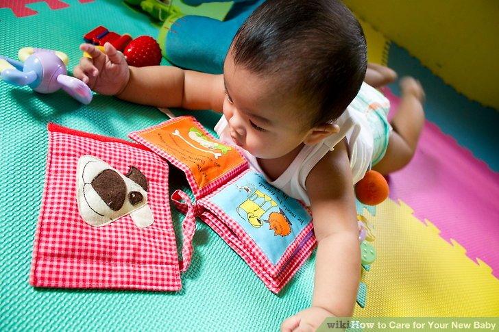 Lassen Sie Ihr Baby mit Spielzeug spielen.