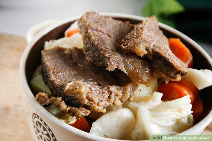 Würzen Sie Ihren Corned Beef-Hasch, indem Sie gebackene Eier in Haschnestern machen