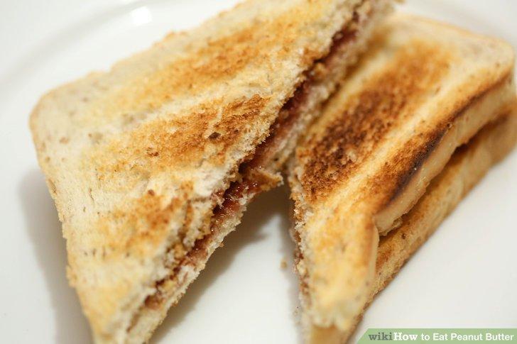 Erdnussbutter auf Toast verteilen.