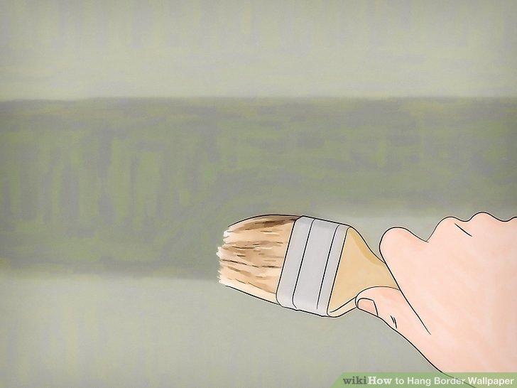 Malen Sie eine Tapetengrundierung auf die Wand.