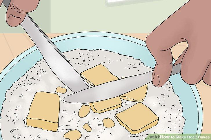 İnce ekmek kırıntısı gibi görünene kadar tereyağını unu kesin.
