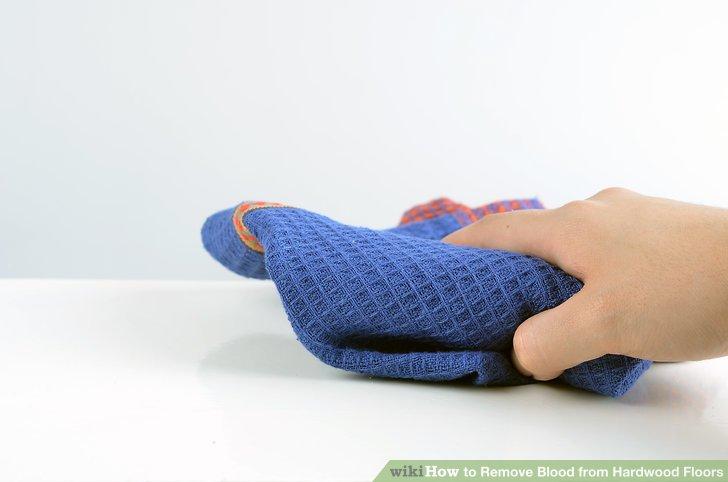 Trocknen Sie das Holz mit einem Handtuch oder Tuch.