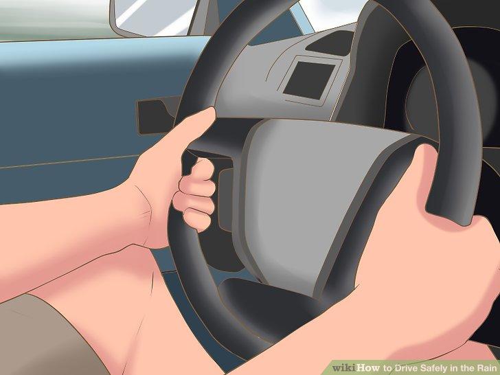 Fahren Sie mit beiden Händen am Rad.