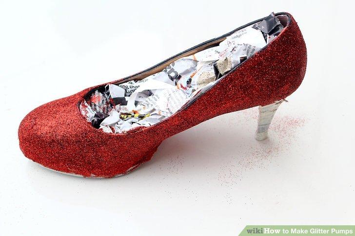 Malen Sie den Schuh weiter und schütteln Sie ihn auf dem Glitzer.