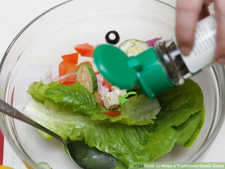 Den griechischen Salat mit den nassen Zutaten anrichten.