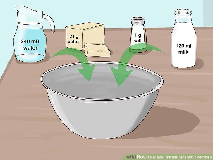 Wasser, Salz, Butter und Milch in eine Schüssel geben.