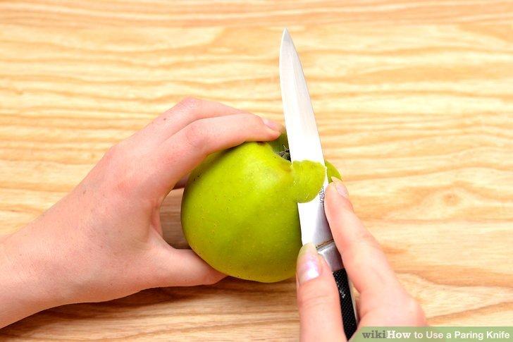Schneiden Sie etwas in das Essen ein und schieben Sie das Messer unter die Haut.