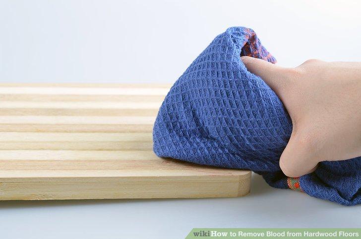 Trocknen Sie den Parkettboden mit einem Handtuch oder Tuch.