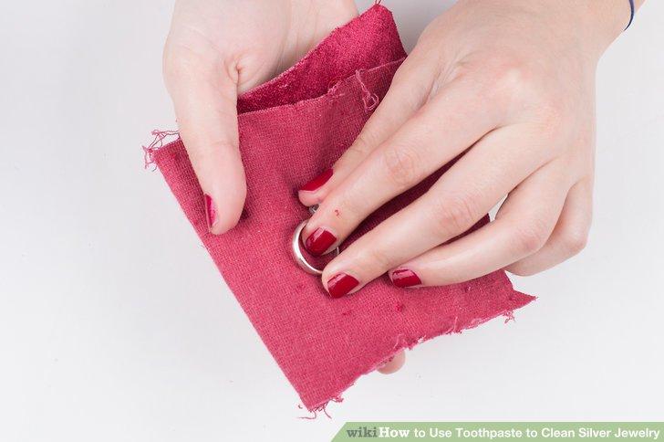 Klopfen Sie den Schmuck vorsichtig mit einem weichen Tuch trocken und lassen Sie ihn an der Luft trocknen, bevor Sie ihn weglegen.