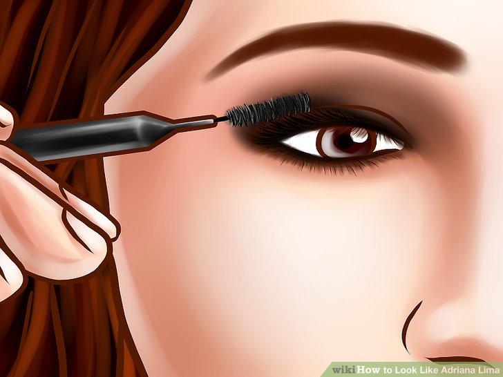Beenden Sie das Augen-Make-up mit schwarzer Mascara.