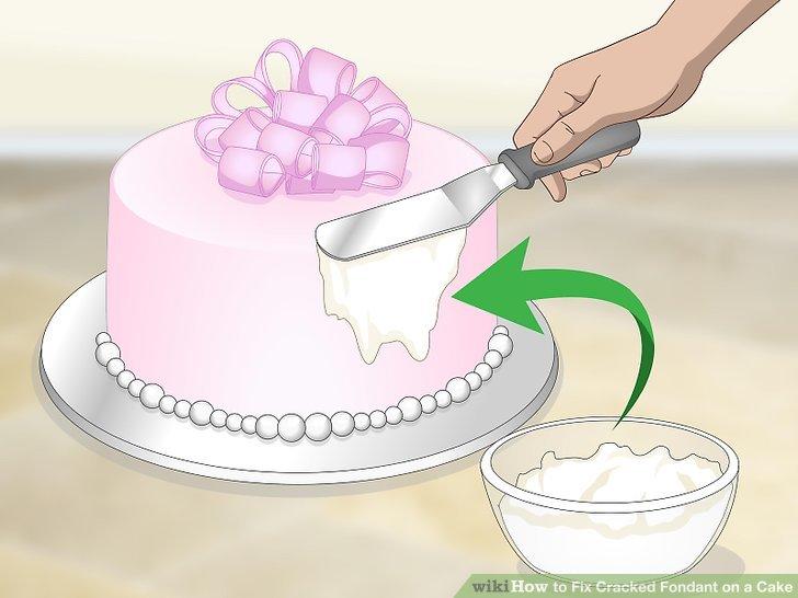 Den Kuchen zuerst mit Buttercreme oder Marzipan bestreichen.