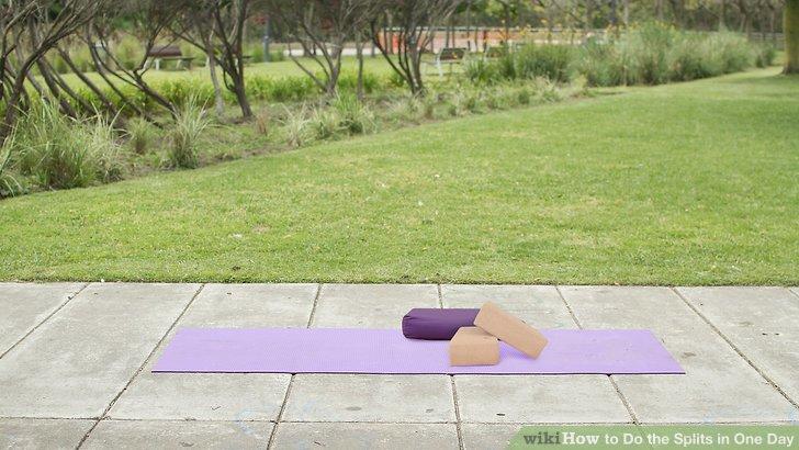 Holen Sie sich eine Übungs- oder Yogamatte, Yogabausteine und eine Unterlage oder eine geeignete Alternative.