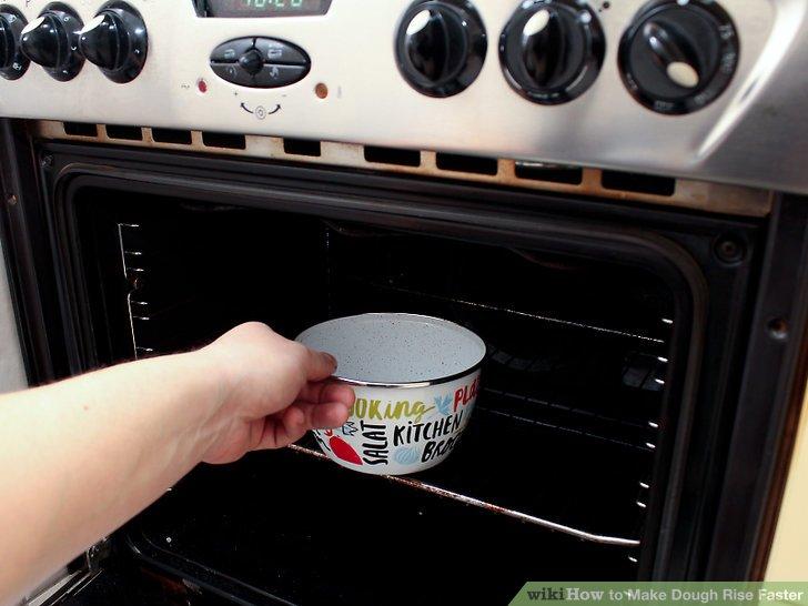 Stellen Sie die Schüssel mit kochendem Wasser in den Ofen und schließen Sie die Tür.