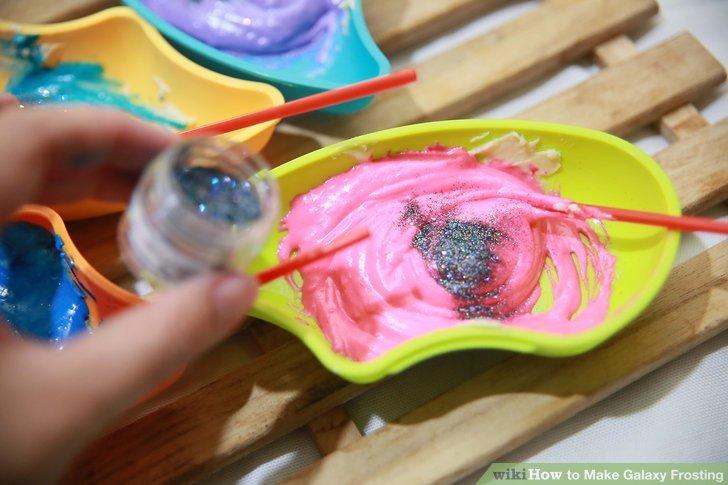 Streuen Sie essbaren Glitter oder Disco-Staub auf den Zuckerguss.