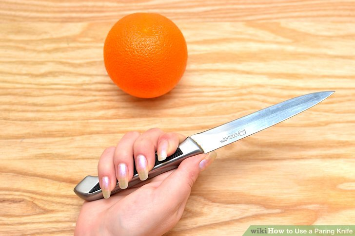 Wickeln Sie alle vier Finger um den Griff des Messers.