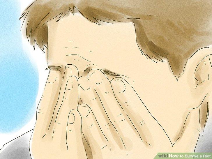 Tragen Sie eine Lösung zum Spülen Ihrer Augen, falls Sie Tränengas ausgesetzt sind.