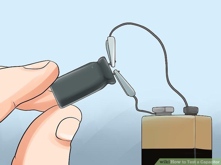 Laden Sie den Kondensator mit einer bekannten Spannung auf, die unter seiner Nennspannung liegt, jedoch nahe an dieser liegt.