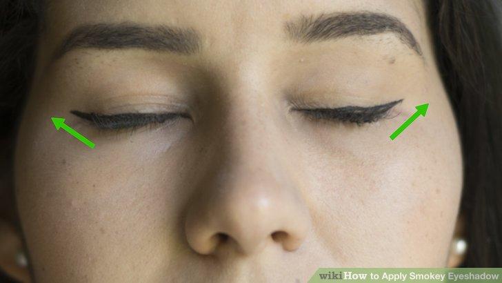 Wischen Sie den Eyeliner entlang der Wimpern.