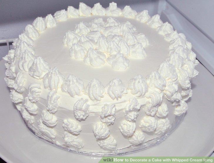 Dekore edilmiş pastayı buzdolabına yerleştirin.
