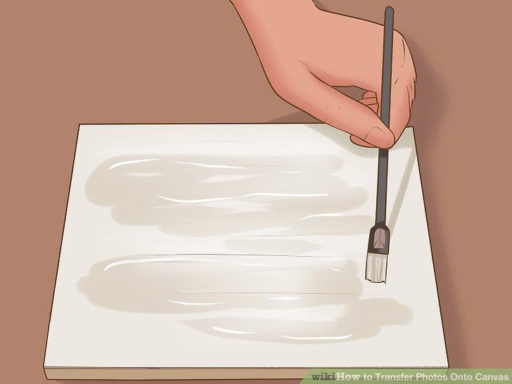 Tragen Sie eine dünne Schicht Modge Podge auf die Leinwand auf, um eine gleichmäßige Abdeckung zu gewährleisten.