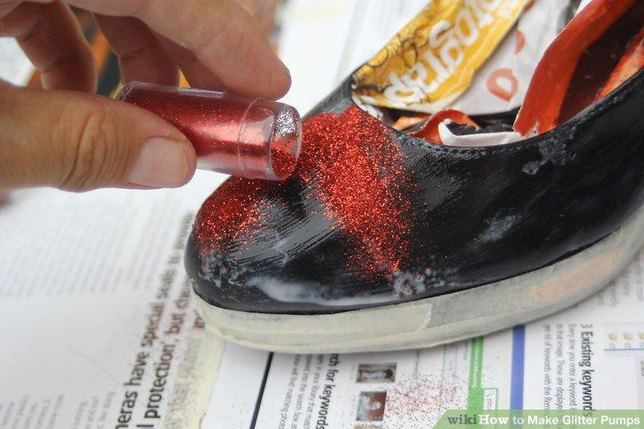 Bedecke einen kleinen Teil des Schuhs mit einer dicken Schicht Mod Podge.