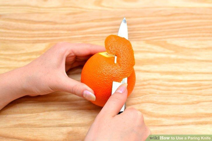 Ziehen Sie die Fruchtschale ab, indem Sie die Frucht drehen und die Klinge horizontal unter die Haut drücken.